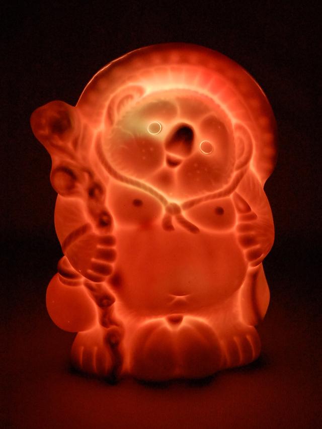 7色に光る信楽焼「信楽透器」たぬき6号